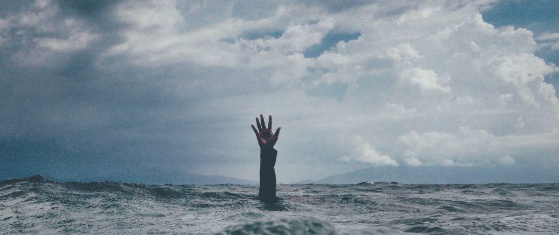 Main sortant de la mer d'une personne se noyant
