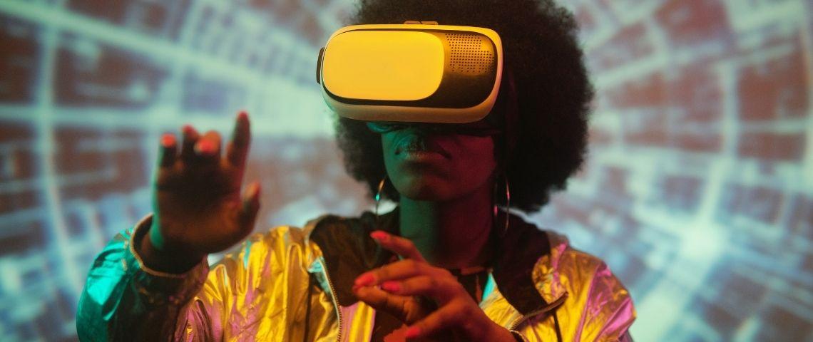 Une jeune femme noire portant un casque de réalité virtuelle sur un fond psychédélique