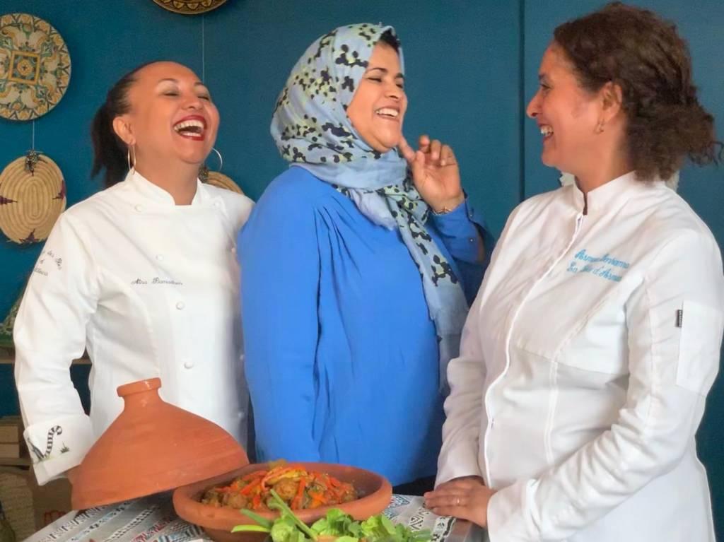 3 femmes cuisinant et riant