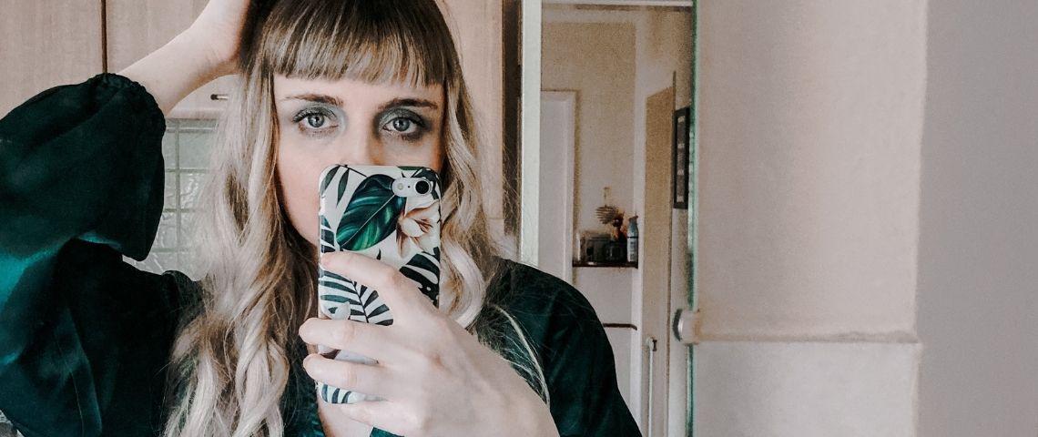 Une femme qui fait un selfie devant un mirroir