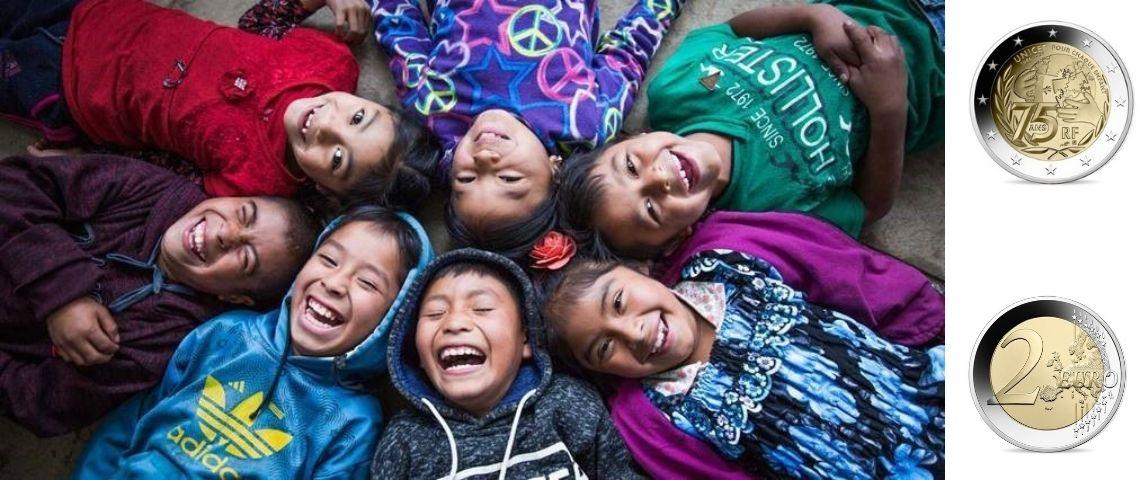 Jeunes enfants et pièce de 2euros pour l'Unicef sur le côté.