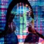 Femmes recouverte de lignes de code informatique