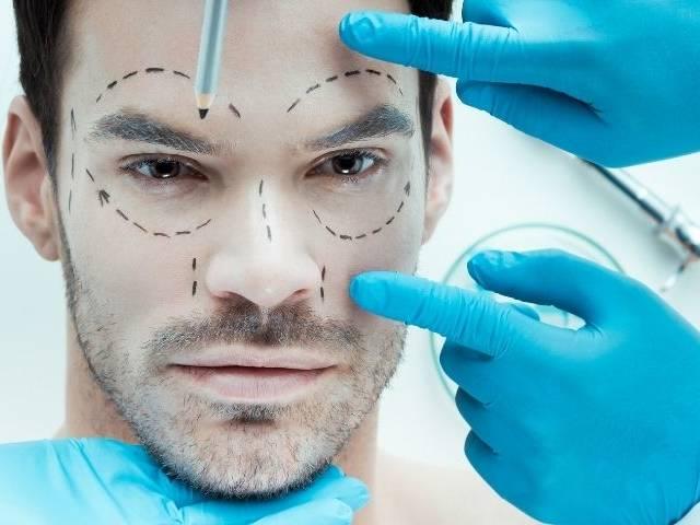 Un homme qui va faire une opération de chirurgie esthétique sur le visage