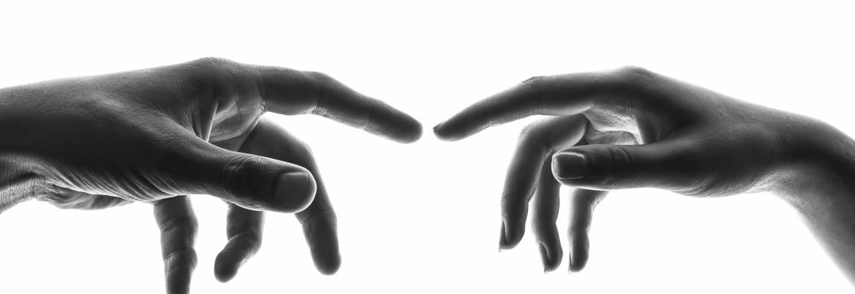 mains d'un homme et d'une femme qui vont se toucher