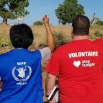 Bénévole des associations Ona Pascoma, WFP, Stop Hunger de dos avec le pouce levé