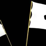 Drappeau blanc sur un fond noir avec un megaphone sur chaque drapeau