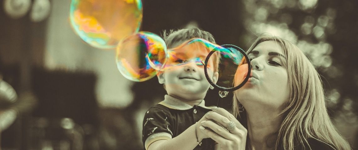 Maman faisant des bulles avec son petit garçon