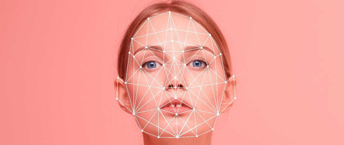 Le visage d'une femme analysé par un ordinateur