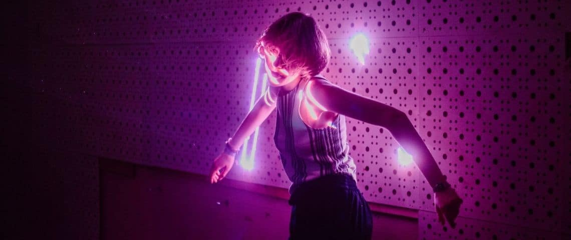Femme danse néon