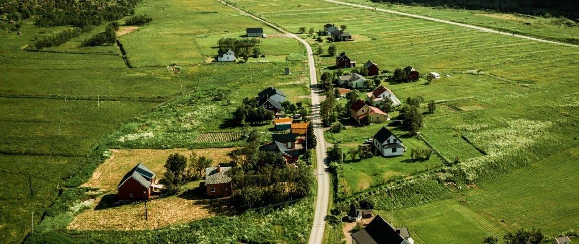 Ensemble de maisons en campagne