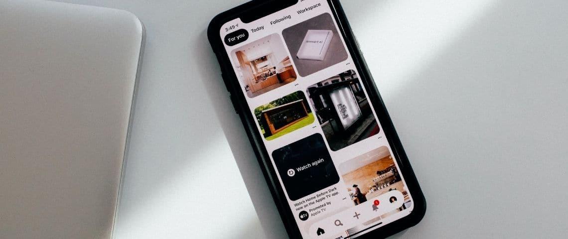 Smartphone présentant un fils de publications Pinterest