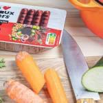 Campagne de lancement des nouvelles saucisses végétales par Les Nouveaux Fermiers, établi avec légumes, couteau, et les nouveaux produits de la marque