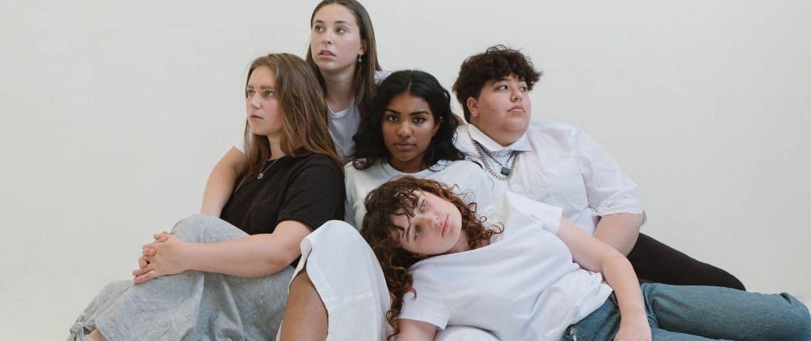 Plusieurs jeunes femmes côte à côte