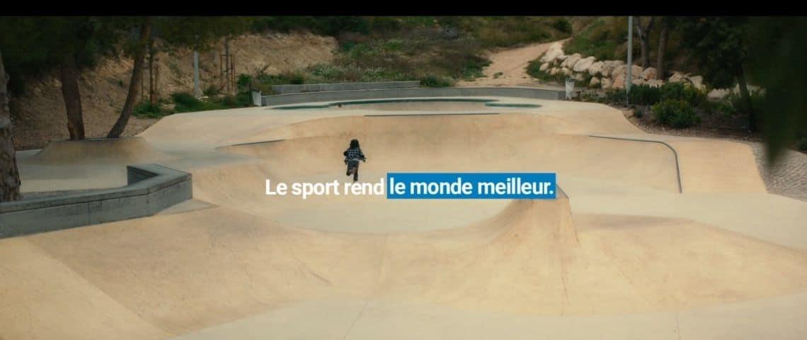 Campagne publicitaire Decathlon. Un enfant dans un skatepark