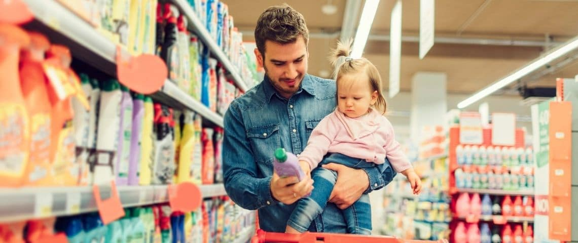 Un homme et sa filles dans un supermarché