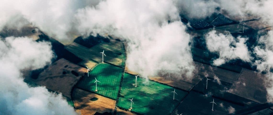 Vue du ciel, champs avec éoliennes