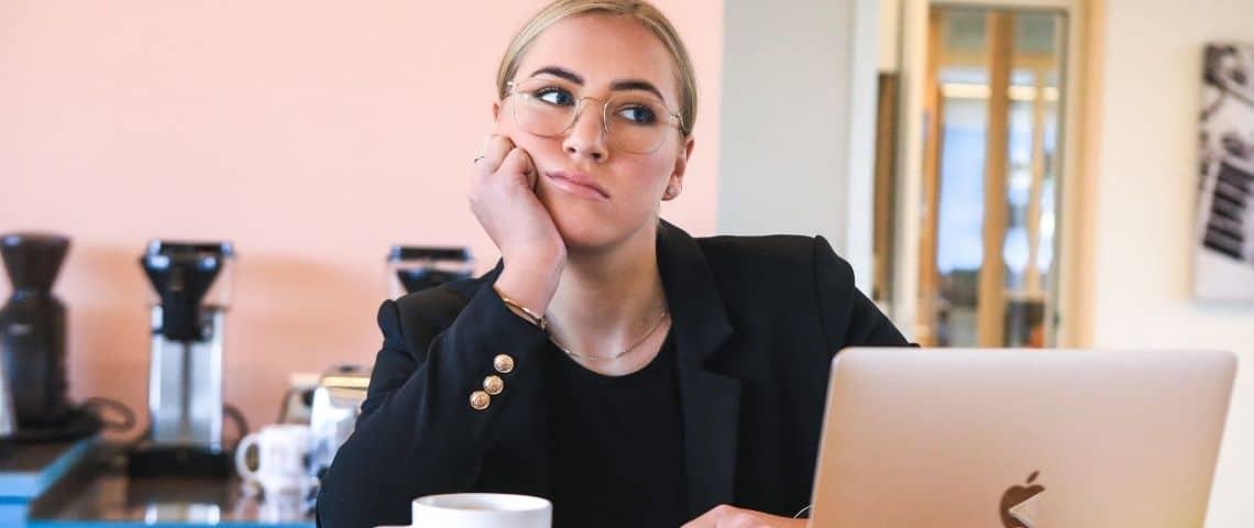 Une femme ennuyée devant son ordinateur