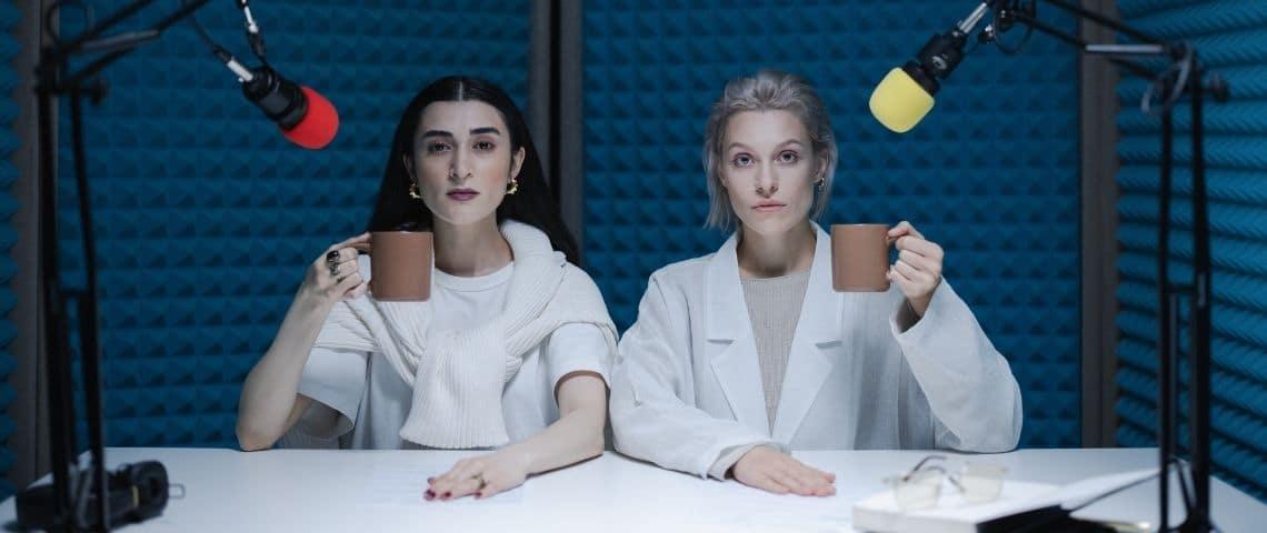 2 femmes une tasse à la main dans un studio d'enregistrement