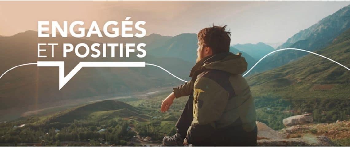 Homme contemplant un paysage de montagne