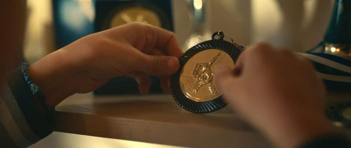 Jeune garçon tenant une médaille dans ses mains