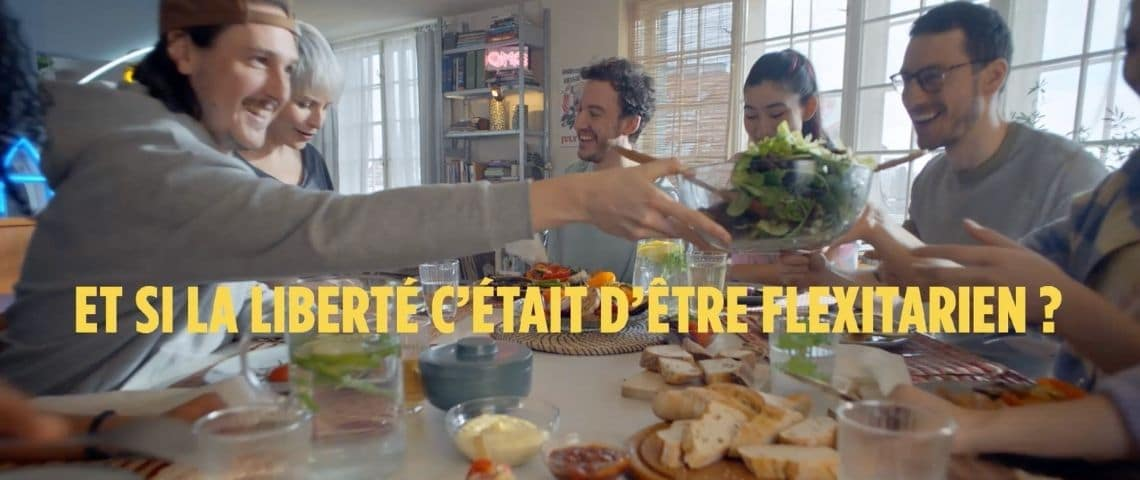 Personne partageant un repas avec le message sivant :  -  Et si la liberté c'était d'être fléxitarien ? -