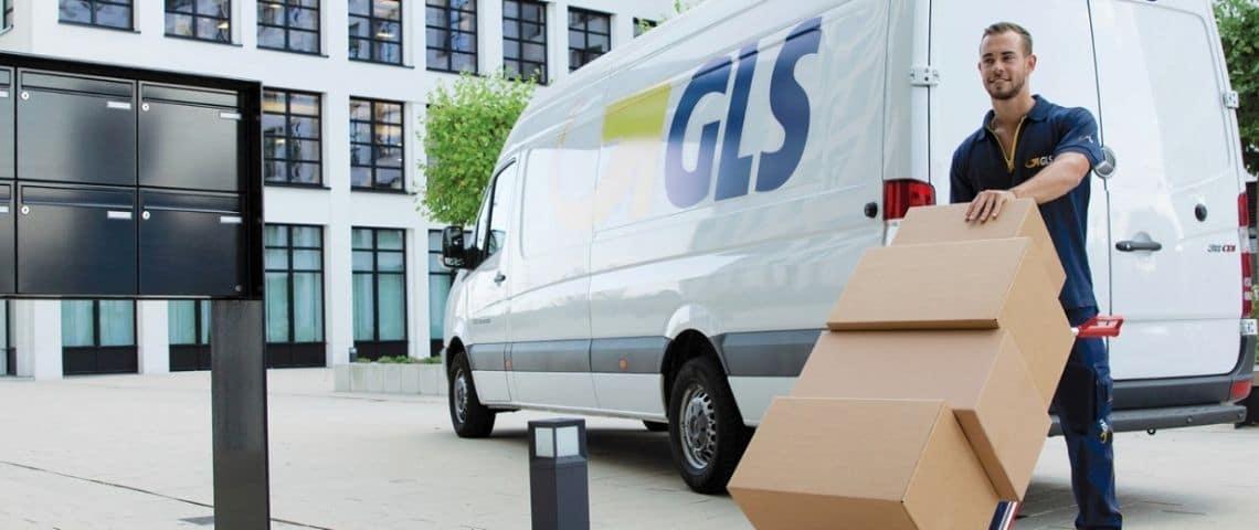 Livreur devant un camion GLS