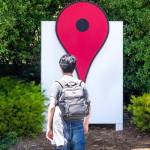 Un homme devant le logo de Google Maps