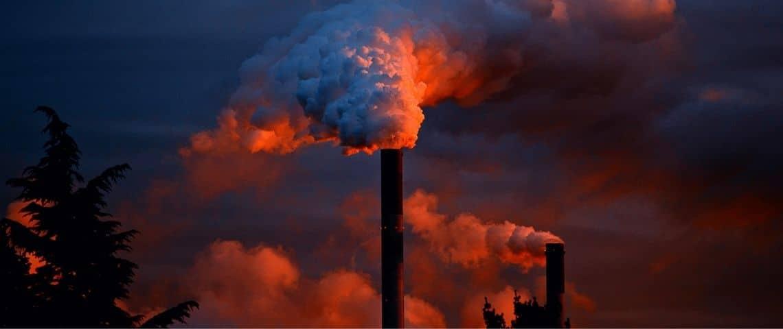 Fumées sortant de cheminées d'usines