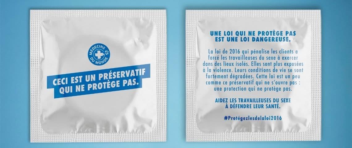 Préservatif avec les message suivants :  - Ceci est un préservatif qui ne protège pas -  et  - Une loi qui ne protège pas est une loi dangereuse -