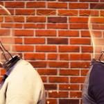 Deux personnes dos à dos, qui ont leur têtes remplacées par des ampoules, connectées entre elles