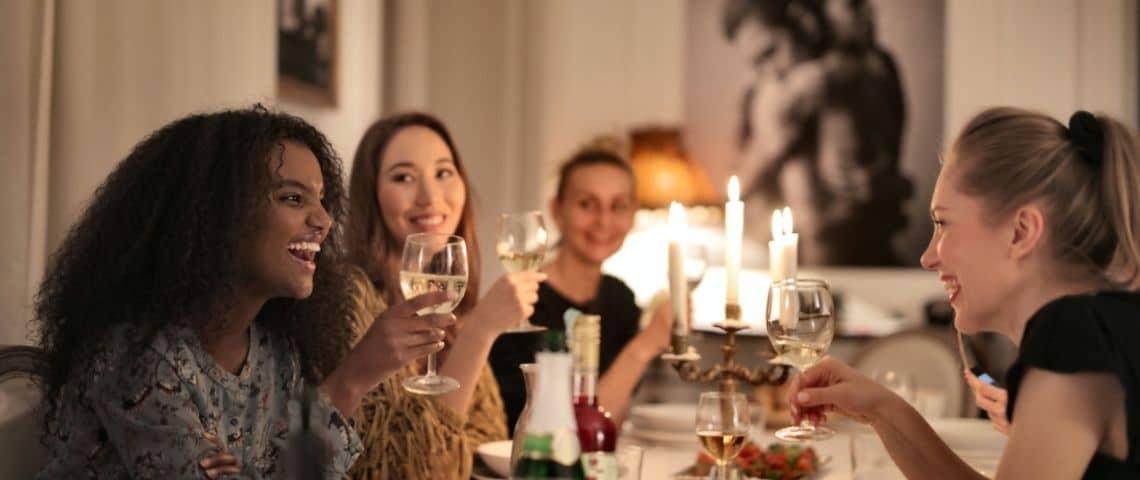 Jeunes femmes au restaurant