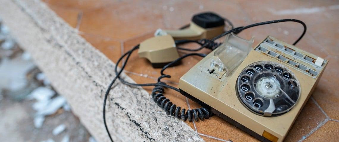 Un téléphone vintage cassé par terre