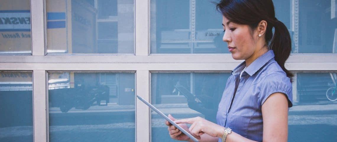 Femmes travaillant sur une tablette tactile