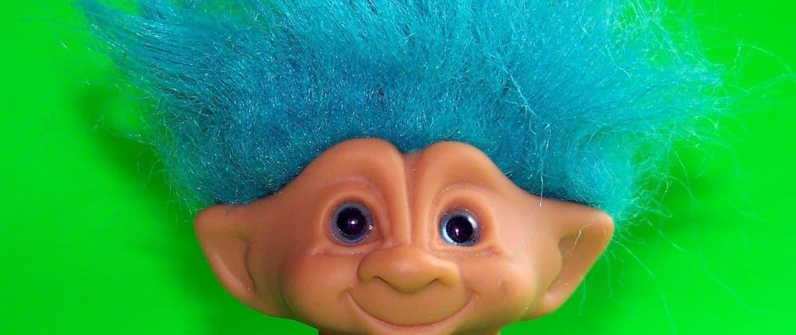 Un jouet troll avec des cheveux bleus en gros plan