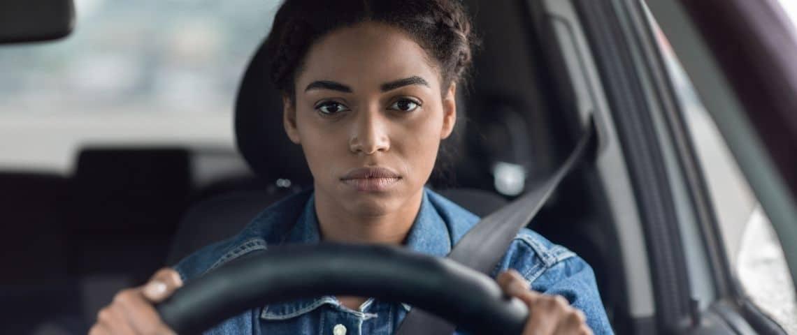 Une femme derrière un volant
