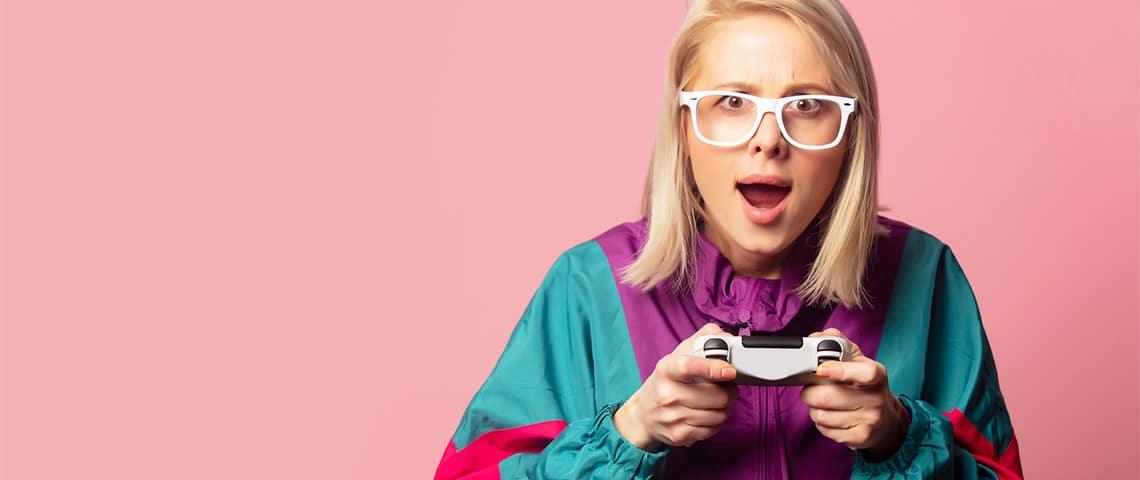 Jeune fille blonde à lunettes et joystick dans les mains