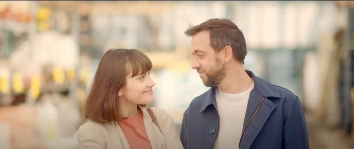 Une femme et un homme qui se regardent, ils ont l'air heureux