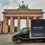 Une campagne Arcware affichée sur un camion dans une rue