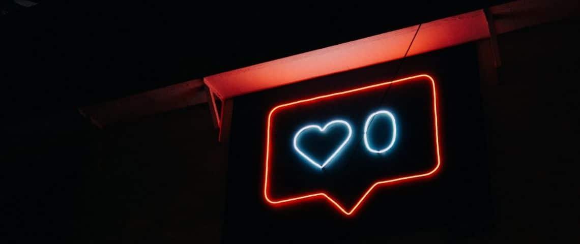 Une  - notification like -  en lumière néon