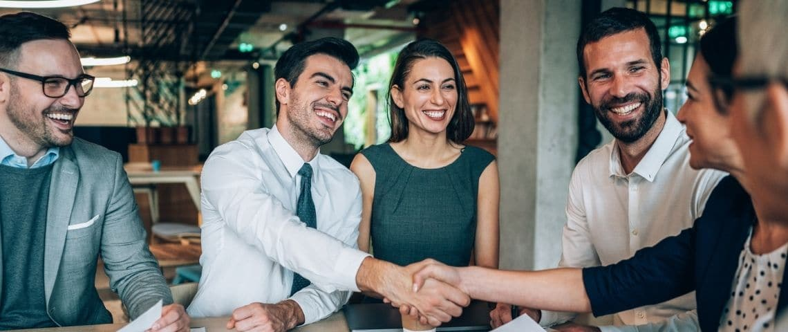 Des collaborateurs qui échangent