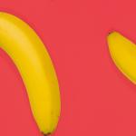 Des bananes sur fond rose
