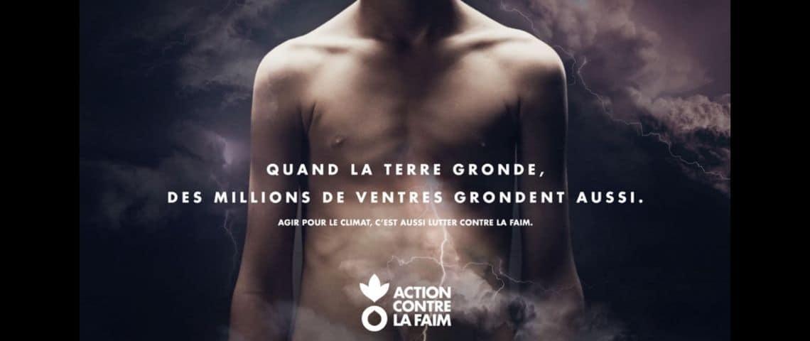 Jeune homme torse nu en arrière plan, avec le messae suivant :  - Quand la terre gronde, des millions de ventres grondent aussi -