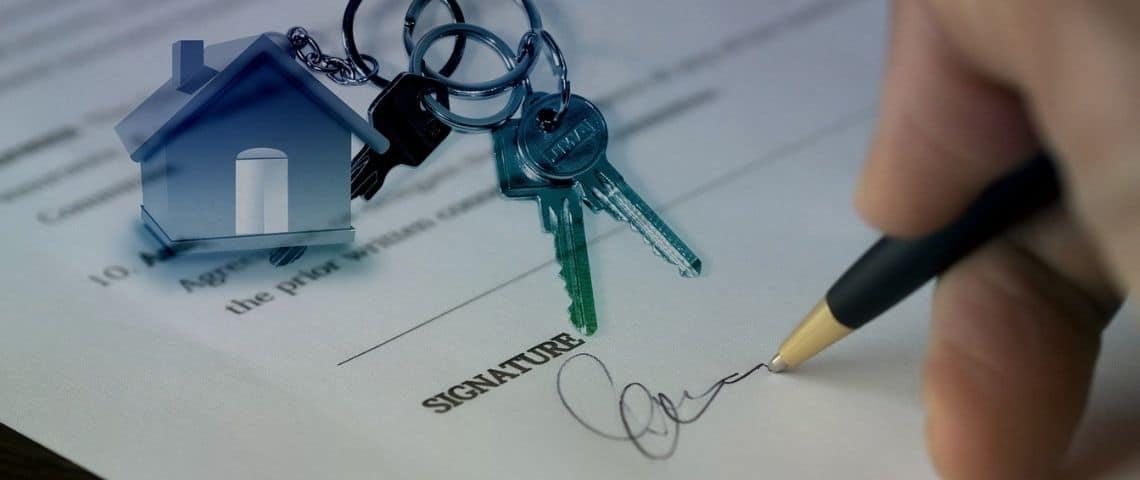 Contrat signé avec un jeu de clé posé dessus