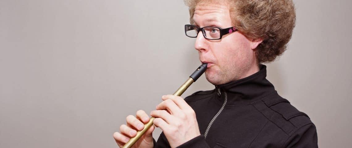 Un homme en tain de jouer du pipeau