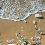 Des déchets plastiques sur une plage au bord de l'eau