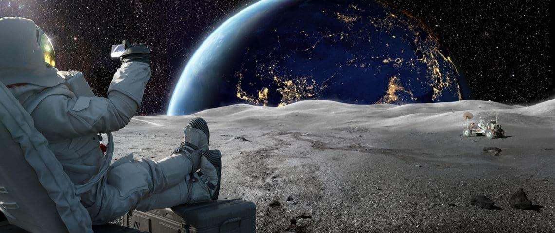 Un spationaute en train de prendre un selfie sur la Lune