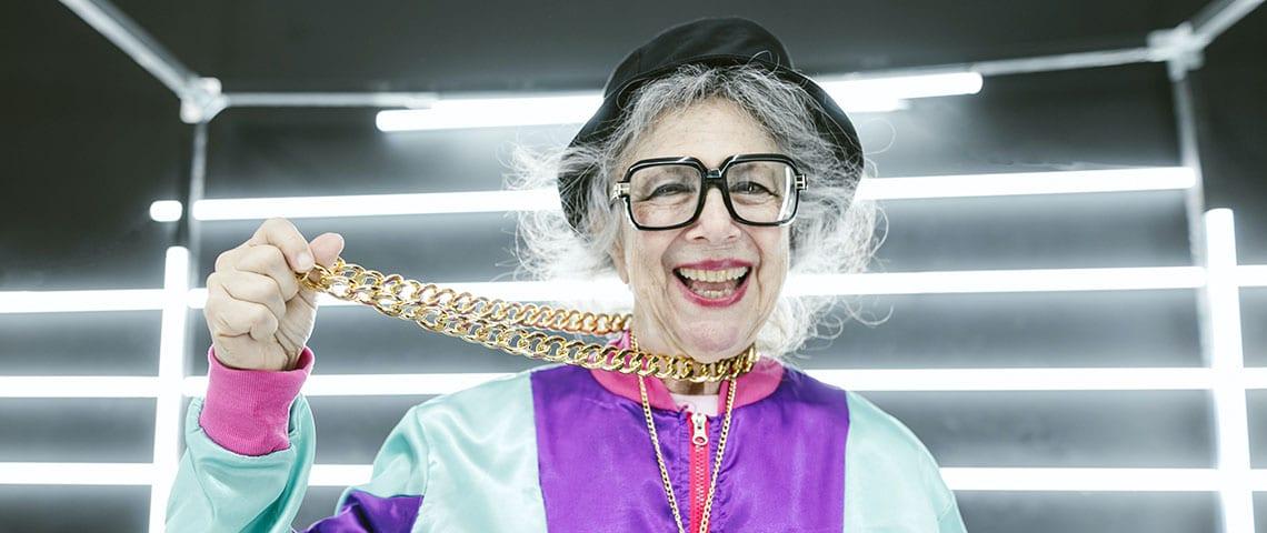 Une dame âgée dans un survêtement avec une chaîne en or