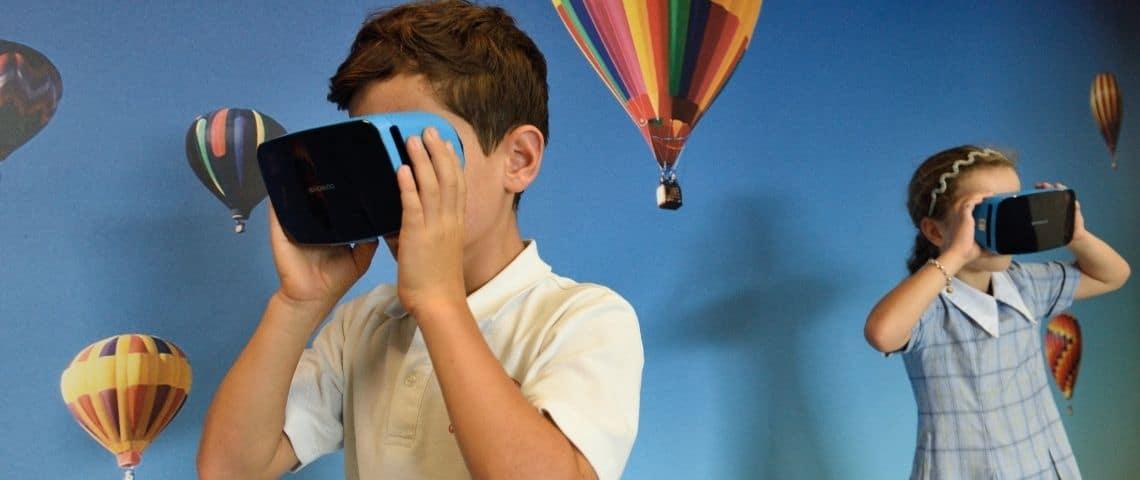 des enfants avec un masque de réalité virtuelle - un garçon et une fille