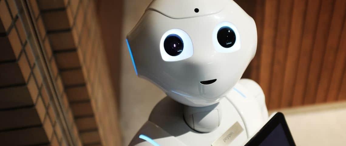 Un petit robot blanc