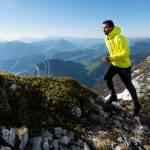 Une homme qui gravit une montagne